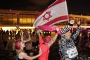 Dolblije Israëliërs vieren de uitslag in een fontein