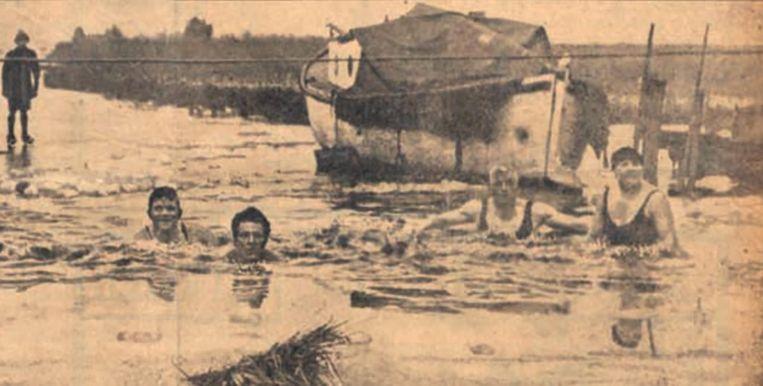 Leden van de Reddingsbrigade tijdens een oefening ijszwemmen Beeld De redder in nood
