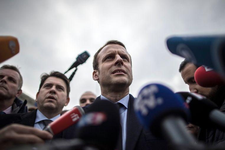 Centrumkandidaat Emmanuel Macron spreekt met de pers in Berlijn, na een vergadering met Merkel.Als het nu verkiezingen waren, zou hij het afgetekend halen van Le Pen. Beeld EPA