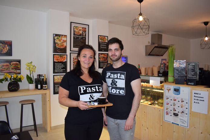 Cindy De Craemer (41) en haar zoon Yarno Van De Voorde (22) in 'Pasta and More', hun eethuisje op het Groenplein.