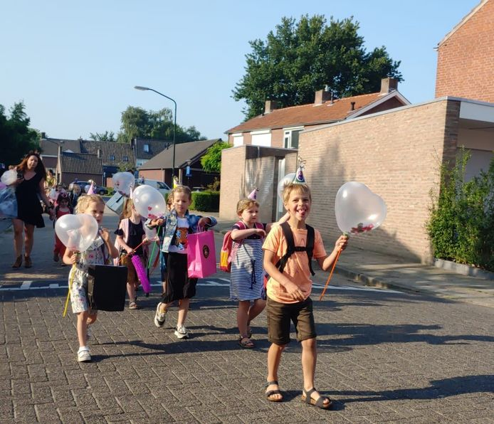 De klas van juffrouw Lilian gaat getooid met ballonnen voorop
