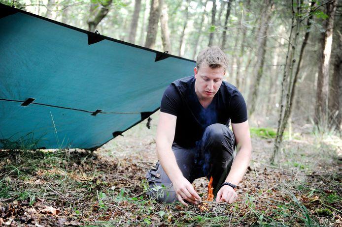 Clemens Disch laat zien hoe je met een firesteel en bamboe een vuurtje maakt.