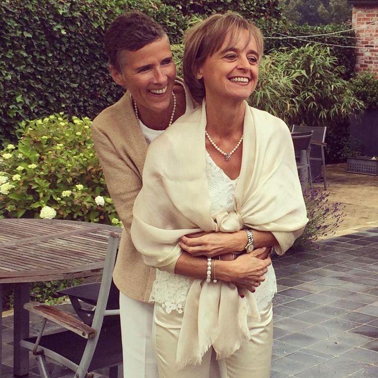 Leentje Callens en haar echtgenote Françoise Goedhuys trouwden met elkaar op 18 juni.  Beeld RV