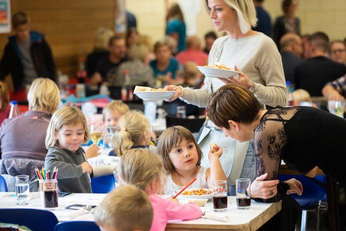 Pepe Giacomazza heeft pasta gemaakt voor Vrije Basisschool De Wissel in Opitter, de winnaar van de tweede grote Trooperwedstrijd.