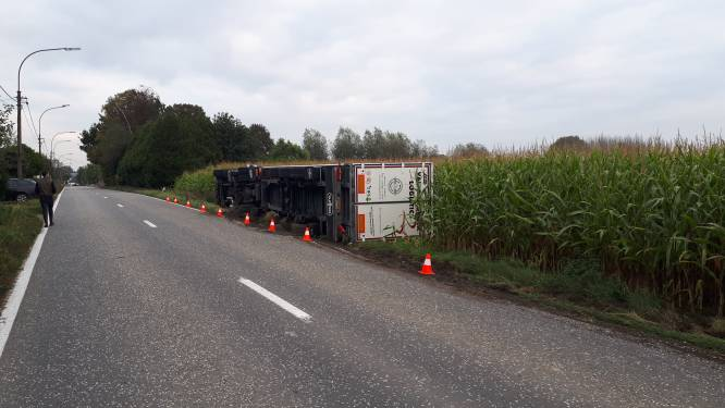 Nederlandse vrachtwagen vol zuivelproducten kantelt in gracht