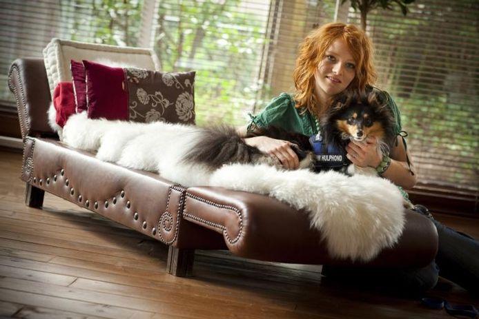"""Anjana met Luca (herkenbaar als Hulphond aan het blauwe dekje). """"Het geluk dat deze hond mij elke dag geeft, gun ik iedereen.'' foto Henri van der Beek"""