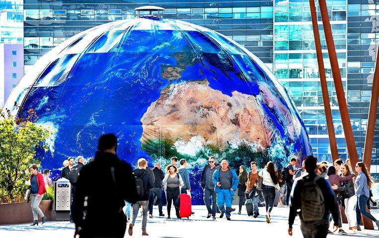 De 24 meter hoge wereldbol op het Jaarbeursplein in Utrecht ter gelegenheid van de reizende voorstelling Climate Planet. In deze wereldbol bevindt zich een kleinere ronddraaiende wereldbol, die de klimaatverandering toont van de oerknal tot aan 40 jaar in de toekomst. Beeld Klaas Jan van der Weij / de Volkskrant
