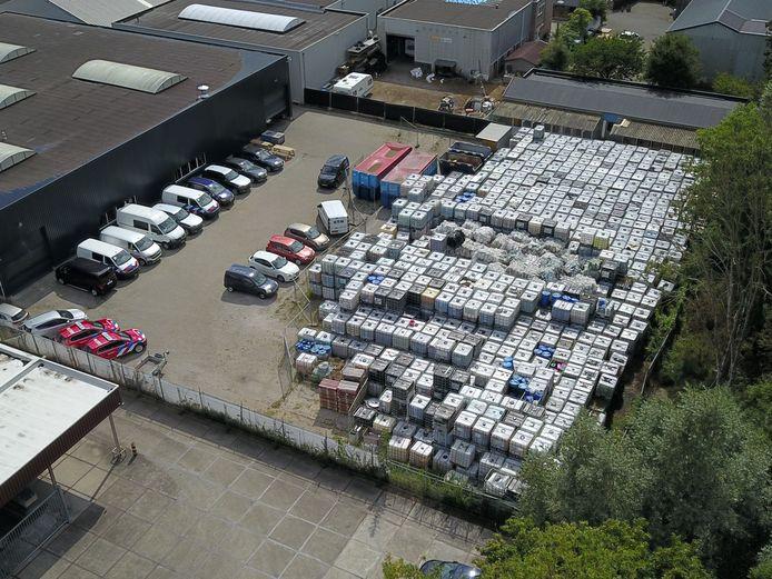 De ruim 1300 vaten met giftig blusschuim op het terrein van Reinoud Arts in Doetinchem.