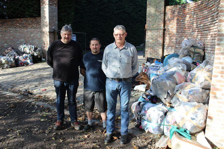 Patrick Gryp (links) en zijn kameraden Marc Bolssens en Robert Van Peteghem moesten de zware middelen inzetten om de oprit vrij te maken.