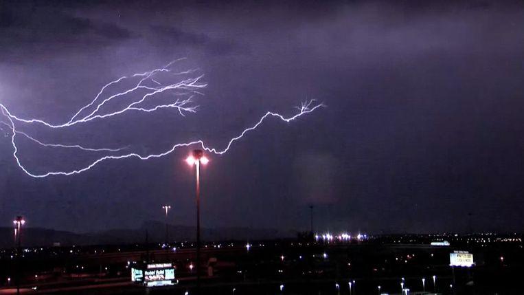 Het onweer heeft voor veel ellende gezorgd, maar de bliksem brengt wel wat spektakel in de lucht.