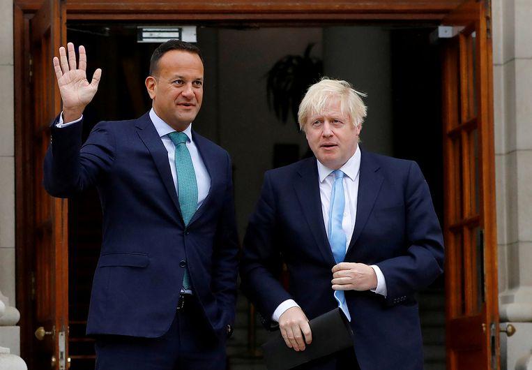 Leo Varadkar (L) en Boris Johnson (R)