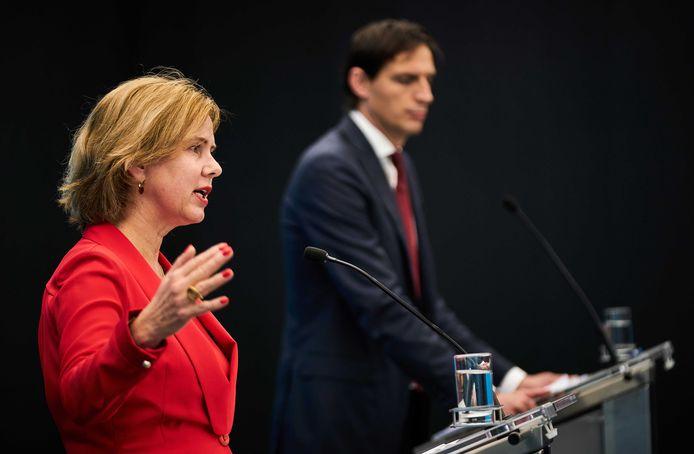 Minister Cora van Nieuwenhuizen en minister Wopke Hoekstra van geven een toelichting over het steunpakket aan KLM.