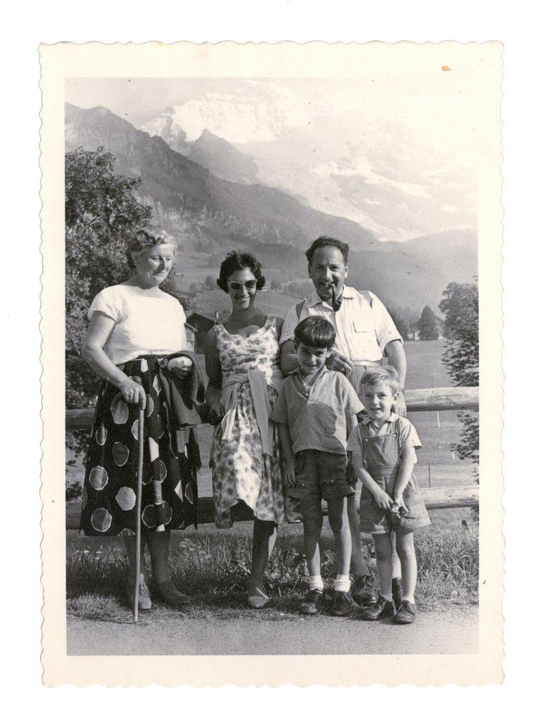 Familieportret uit 1960. Het kindermeisje, moeder Rose-Mary, vader Arnold (vlnr). Vooraan staan broer Hans Philip en Ivo Beeld -