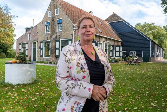 Jolanda Polderdijk uit Nieuw en Sint Joosland is samen met haar zus eigenaar van de familieboerderij die zij bewoont. Zij geeft de cursus over Zeeuwse boerderijen in Burgh-Haamstede.
