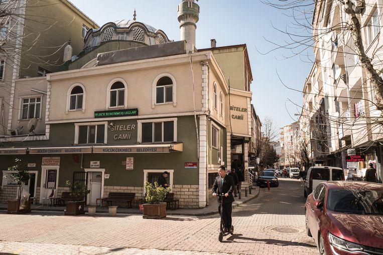 De Siteler-moskee in de wijk Sefakoy in Istanbul, waar veel Oeigoeren na hun vlucht uit China komen wonen. Beeld Nicola Zolin