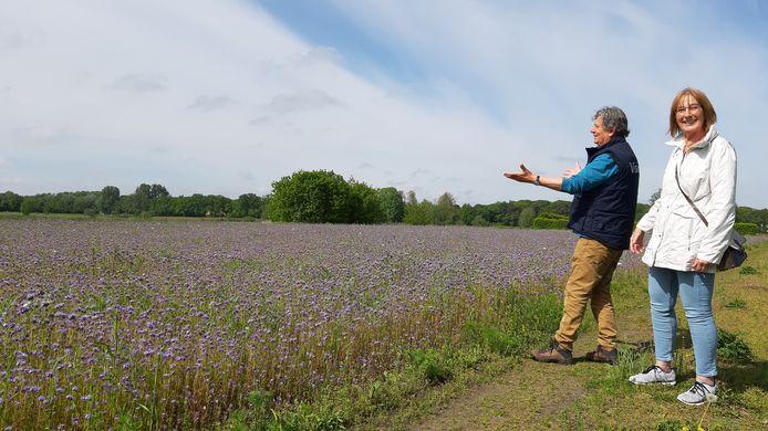 Jan Roovers en Mariëtte Jansen van de Vereniging Markdal ter hoogte van de Bieberg waar tussen de korenbloemen door een laarzenpad richting het Sulkerpad in Ulvenhout begint.