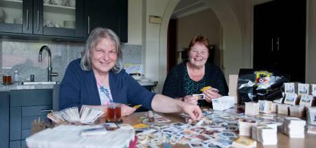 Vrouwen uit Twello sorteren duizenden voetbalplaatjes voor kinderen van voedselbank-klanten