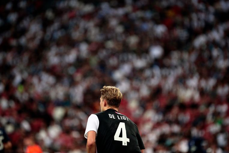 Matthijs de Ligt tijdens de wedstrijd tegen Tottenham Hotspur in Singapore. Beeld EPA