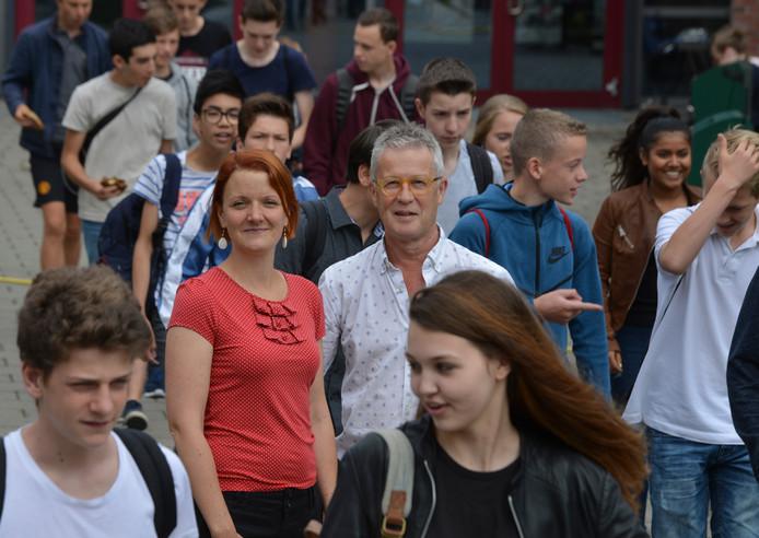 Marleen Biesheuvel en Bob Saarloos te midden van de leerlingen van College De Heemlanden in Houten.