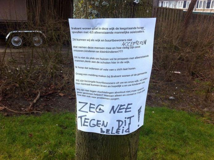 Buurtbewoners hebben flyers op bomen gehangen.
