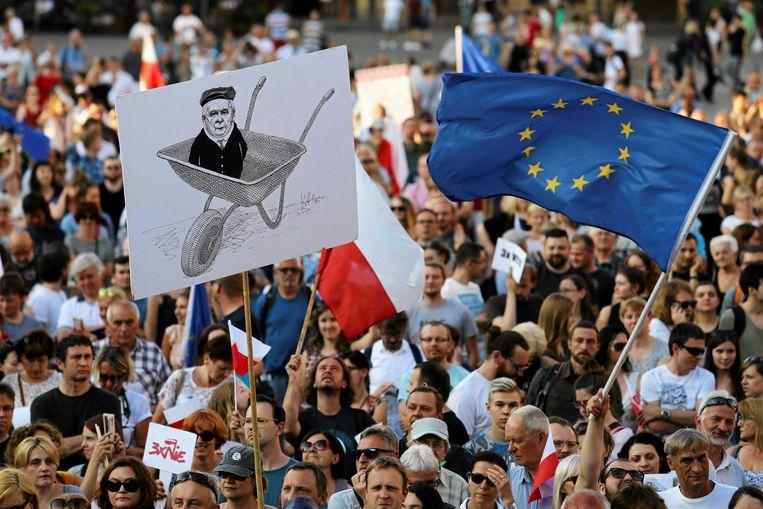 Een Europese vlag bij een demonstratie tegen het aanstellen van nieuwe rechters in het hooggerechtshof. Beeld Reuters