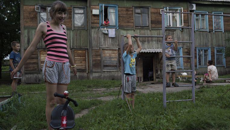 Kinderen spelen voor de barakken die in de jaren twintig door Joodse kolonisten zijn neergezet in Birobidzjan in de speciaal gecreëerde Joodse staat. Beeld Yuri Kozyrev