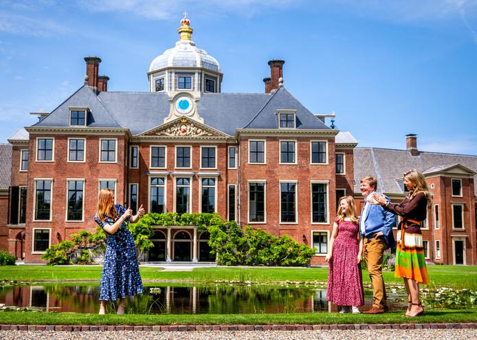 Koning Willem-Alexander, koningin Maxima en prinsessen Alexia en Ariane tijdens de jaarlijkse koninklijke fotosessie in de tuin van Paleis Huis ten Bosch.