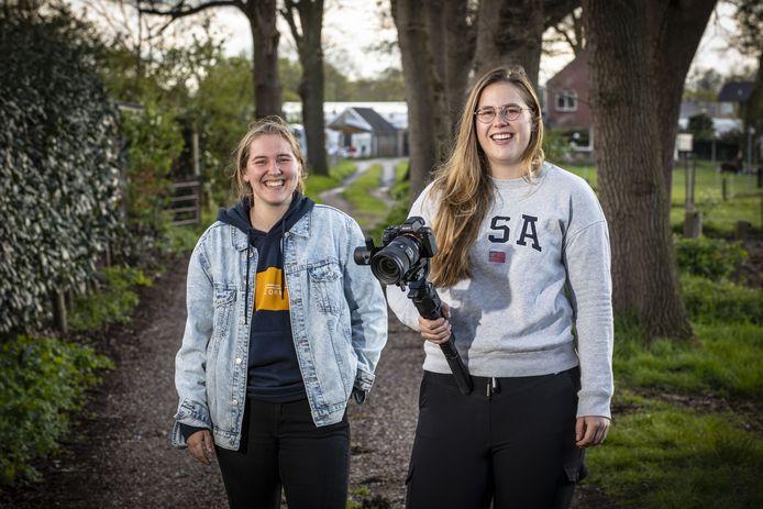 Nynke Asbroek en Maartje Harms (met camera) maakten in opdracht van Karakter een video over hulpverlening aan jongeren met suïcidegedachten.