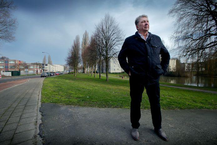 Wethouder Marco Stam bij de ingang van het Wielwijkpark. Links loopt de M.H. Trompweg, nu nog de doorgaande weg dwars door de wijk. Straks mag daar geen auto meer komen.