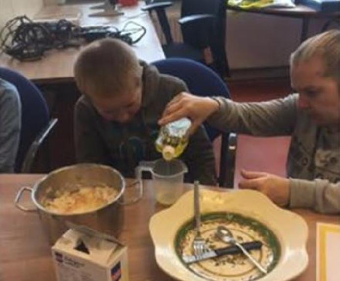 De kinderen van basisschool Groen van Prinsterer maken hapjes.