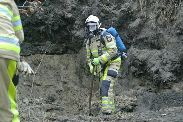 De brandweer doet onderzoek naar de gaslek in Dalfsen. Foto: