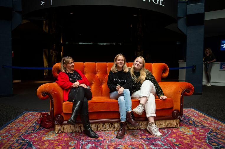 Nina met een vriendin en haar mama in de zetel.