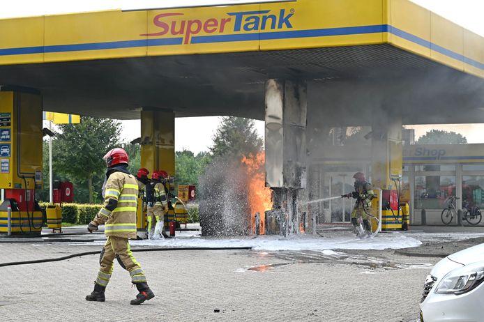 Brandweer probeert het vuur te doven.