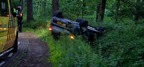 Auto belandt op de kop in de berm in Halsteren