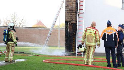 Houten constructie met isolatie aan appartementsgebouw uitgebrand na gebruik onkruidbrander
