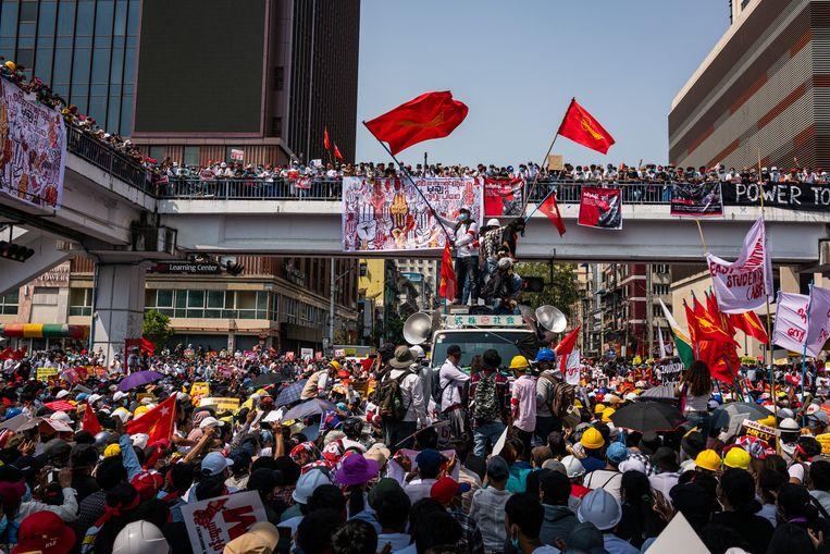 Demonstranten op het Sule-plein in Yangon.  Beeld Getty Images