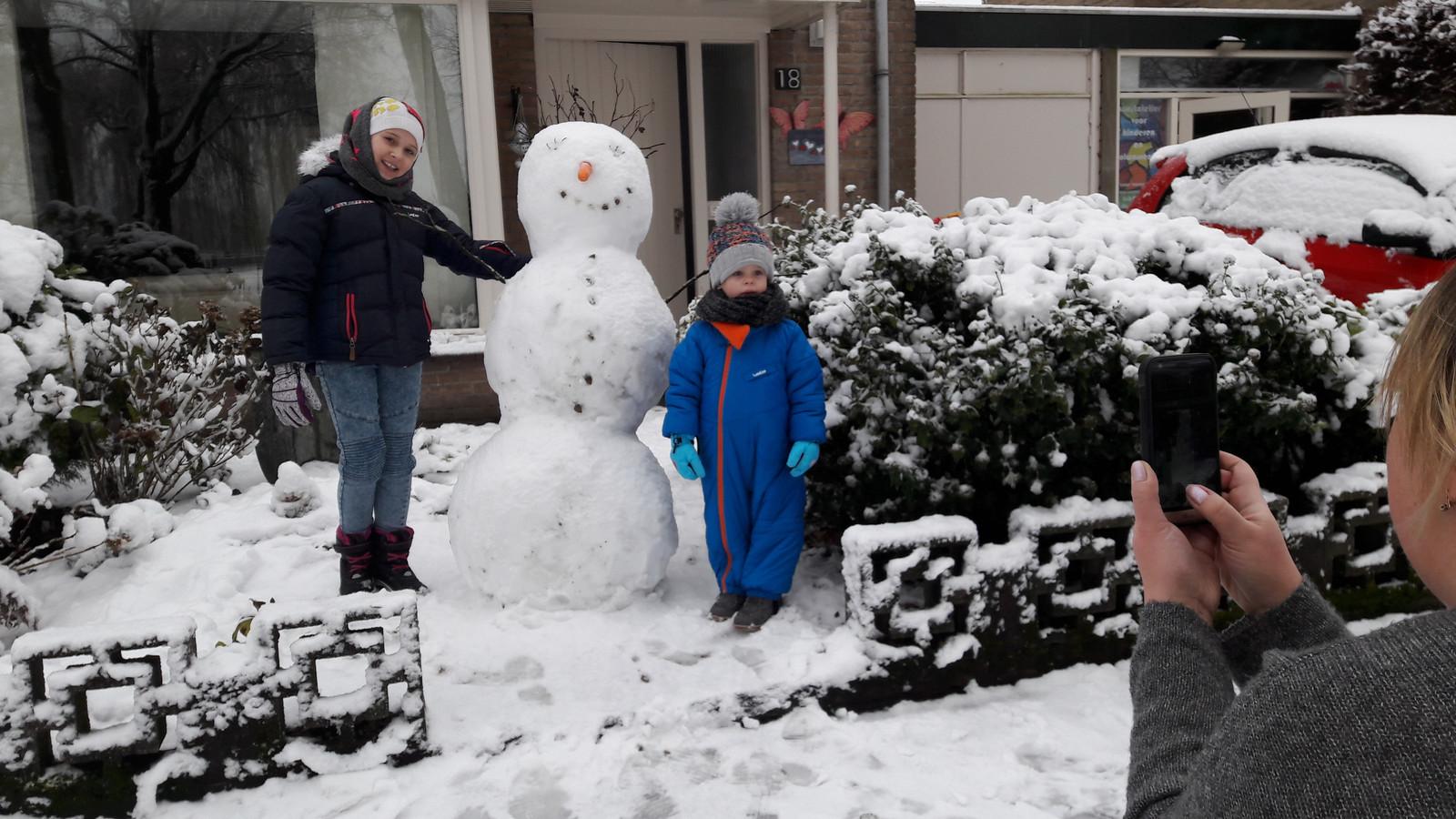 Irina Ivanova-Smolders fotografeert  voor haar moeder in Rusland de 'snegovik' die haar kleinkinderen Tonya en Marco in Hilvarenbeek hebben gebouwd.
