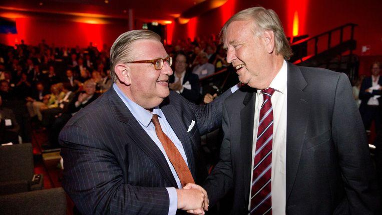Oud-voorzitter Benk Korthals (rechts) feliciteert Henry Keizer met zijn benoeming tot nieuwe voorzitter op de ledenvergadering van de VVD in Bussum Beeld anp