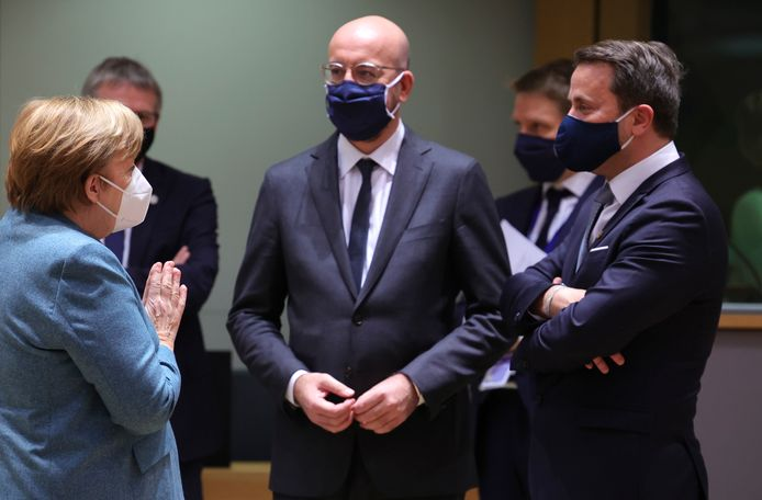 Charles Michel entouré d'Angela Merkel et Xavier Bettel.