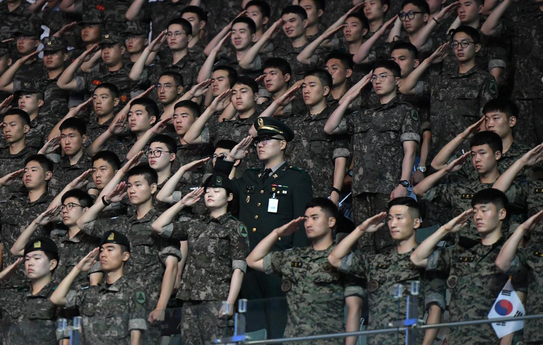 25 juni 2019: Zuid-Koreaanse soldaten salueren tijdens de herdenking van het begin van de Koreaanse oorlog in 1950.