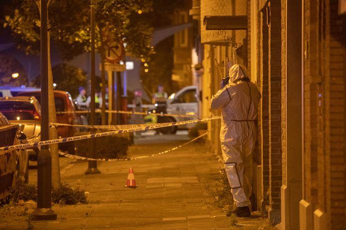 Bij de granaataanslag raakten een zestal auto's en drie gevels beschadigd.