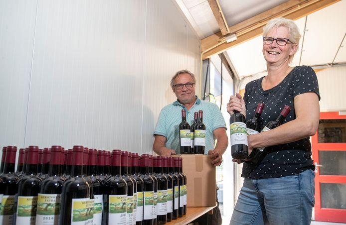 Geen wijnen op festivals verkopen, maar dit jaar online. Jeannette van Voorst en Teunis van Oort van Wijnmakerij de Betuwe uit Ede verkopen zo toch nog de zelfgemaakte wijnen.