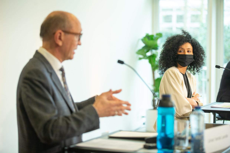 Advocaat Johan Vande Lanotte aan de zijde van Sihame El Kaouakibi op de persconferentie waar zij zich verdedigde. Beeld BELGA
