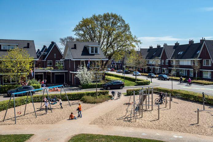 Hoe Nederlands kun je het hebben? Het zou zomaar een still uit een film van Alex van Warmerdam kunnen zijn. Alles is koek en ei in de Vrachelse buurt Vlindervallei: de perfecte omgeving voor gezinnen met een ruime beurs.