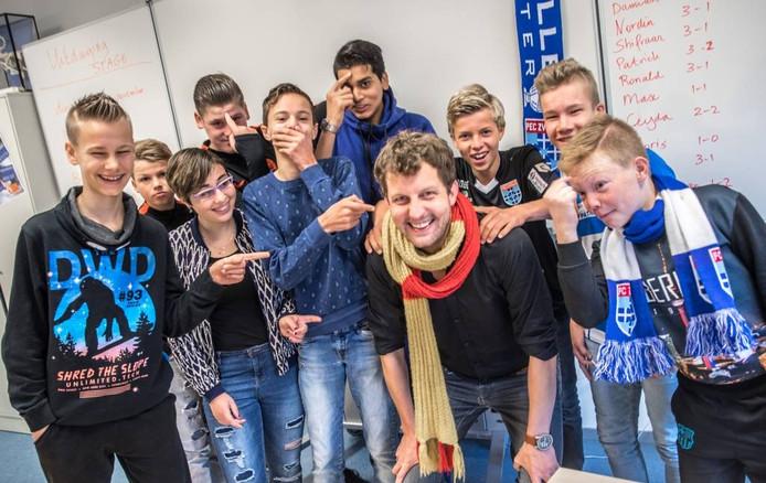 Sander Walraven laat zich rustig uitlachen door leerlingen uit zijn mentorklas in Zwolle.