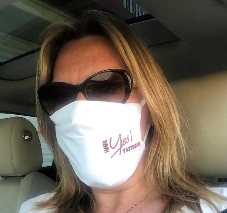 Zaakvoerster Moena Langenraedt, met een mondmasker van Yes Vastgoed.