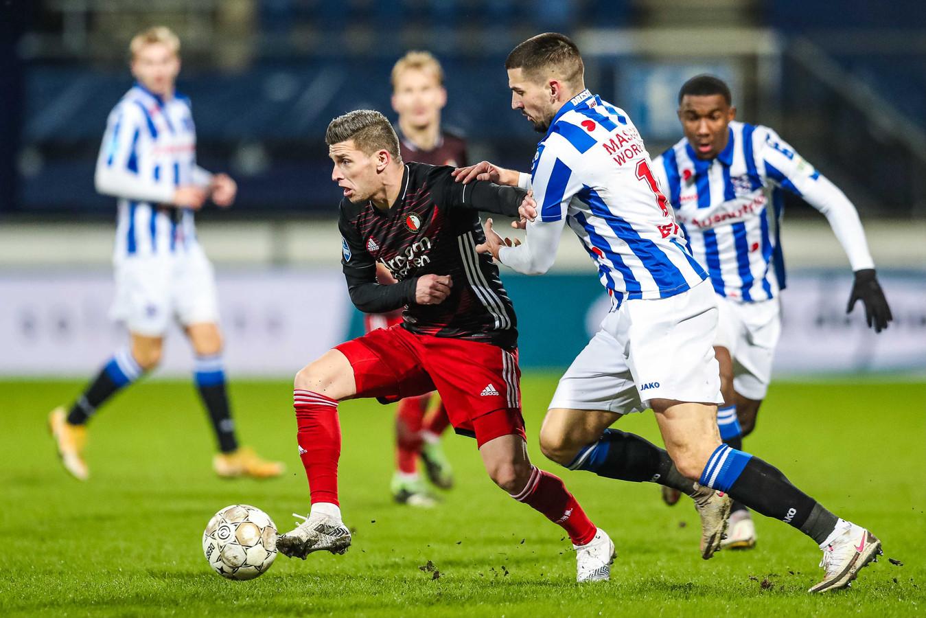 Feyenoorder Bryan Linssen snelt weg bij Ibrahim Dresevic van Heerenveen in het competitieduel eind vorige maand.