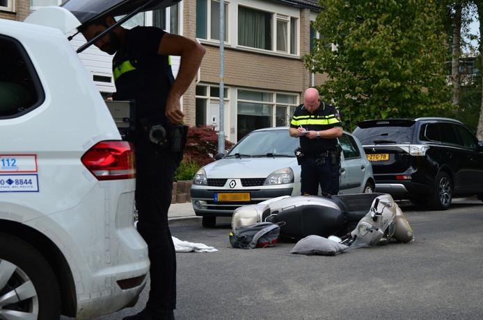 Zowel de scooter als de auto liep schade op bij de botsing.