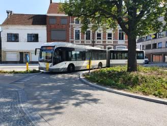 Nieuwe rotonde Stationsplein is er pas en eerste problemen duiken al op: bussen kunnen niet over rotonde zonder in berm te rijden