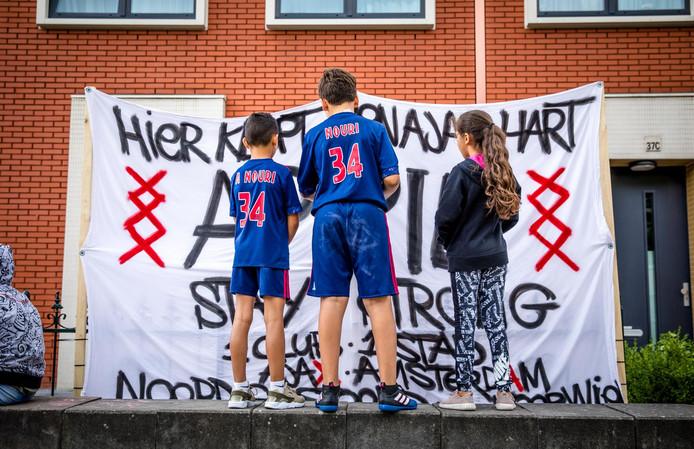 Buurtgenoten voor het huis van Abdelhak Nouri in Geuzenveld, Amsterdam.